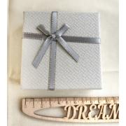 Коробочка подарочная ювелирная для браслета 9х9х3см светло-серая